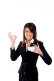 Geschäftsfrau, die eine Karte mit O.K. schiebt Lizenzfreies Stockfoto