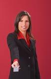 Geschäftsfrau, die eine Kreditkarte anbietet Lizenzfreies Stockfoto