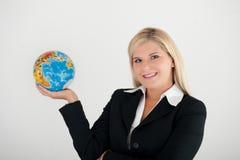 Geschäftsfrau, die eine Kugel anhält Lizenzfreies Stockbild