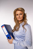 Geschäftsfrau, die eine Mappe anhält Lizenzfreies Stockfoto