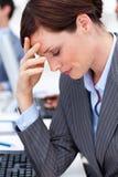 Geschäftsfrau, die eine Migräne bei der Arbeit hat Stockfotos