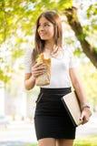 Geschäftsfrau, die eine Pause für Frühstück outoor macht Stockbild