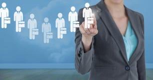 Geschäftsfrau, die eine Person von den Gruppe von Personenen-Ikonen aufeinander einwirkt und wählt Stockfotos