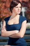 Geschäftsfrau, die eine Sitzung am Park wartet Lizenzfreies Stockbild