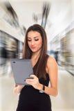 Geschäftsfrau, die eine Tabelle verwendet Stockfoto