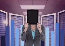 Geschäftsfrau, die eine Tablette und Grafiken im Serverraum hält Lizenzfreie Stockfotos