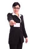 Geschäftsfrau, die eine unbelegte Karte zeigt Stockfotografie