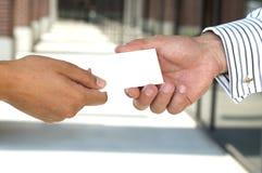 Geschäftsfrau, die eine Visitenkarte gibt Lizenzfreie Stockfotos
