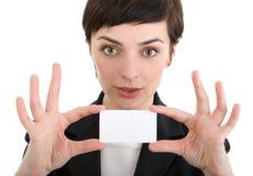 Geschäftsfrau, die eine Visitenkarte zeigt. Stockfotografie
