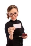 Geschäftsfrau, die eine weiße Visitenkarte anhält Stockbild