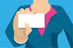 Geschäftsfrau, die eine weiße Visitenkarte anhält vektor abbildung