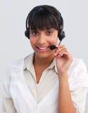Geschäftsfrau, die in einem Kundenkontaktcenter arbeitet lizenzfreies stockfoto