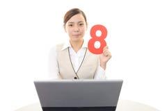 Geschäftsfrau, die an einem Laptop arbeitet Lizenzfreies Stockbild