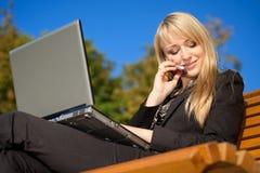 Geschäftsfrau, die an einem Telefon spricht Stockfotografie