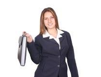 Geschäftsfrau, die einen Aktenkoffer anhält Stockbilder