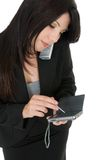 Geschäftsfrau, die einen Aufruf bildet stockbild