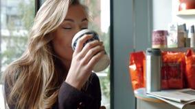 Geschäftsfrau, die einen Kaffee zum Mitnehmen genießt stock footage