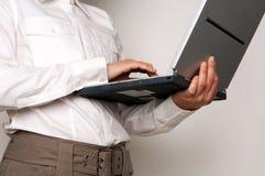 Geschäftsfrau, die einen Laptop anhält Lizenzfreie Stockfotografie