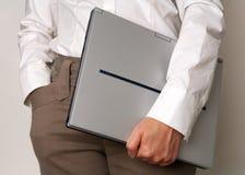 Geschäftsfrau, die einen Laptop anhält Lizenzfreies Stockbild