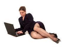 Geschäftsfrau, die einen Laptop verwendet Stockbild