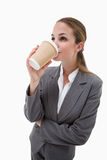 Geschäftsfrau, die einen Mitnehmerkaffee trinkt Lizenzfreie Stockfotos