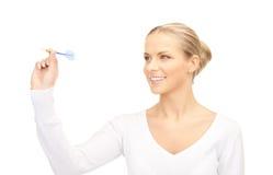 Geschäftsfrau, die einen Pfeil wirft Lizenzfreie Stockfotografie