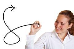 Geschäftsfrau, die einen Pfeil zeichnet Stockfotografie