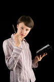 Geschäftsfrau, die einen Planer und eine Feder anhält Stockfoto