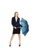 Geschäftsfrau, die einen Regenschirm hält Stockfotos