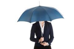 Geschäftsfrau, die einen Regenschirm hält Stockfotografie