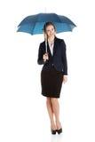Geschäftsfrau, die einen Regenschirm hält Lizenzfreie Stockfotos