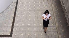 Geschäftsfrau, die einen Smartphone geht und verwendet Lizenzfreies Stockfoto