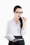 Geschäftsfrau, die einen Stift und ein Notizbuch und flirty Schauung nach vorn hält Stockbilder