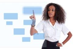 Geschäftsfrau, die einen transparenten Bildschirm drückt lizenzfreies stockfoto