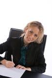 Geschäftsfrau, die einen Vertrag unterzeichnet Lizenzfreies Stockbild