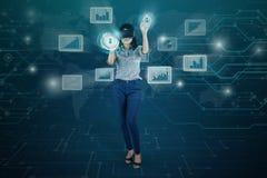 Geschäftsfrau, die einen virtuellen Schirm verwendet Stockfotografie