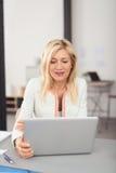 Geschäftsfrau, die an einer Laptop-Computer arbeitet Lizenzfreies Stockfoto