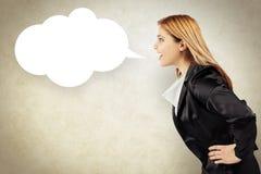 Geschäftsfrau, die einer Mitteilung in einem Spracheballon sagt Lizenzfreie Stockbilder