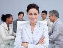 Geschäftsfrau, die in einer Sitzung lächelt lizenzfreies stockbild