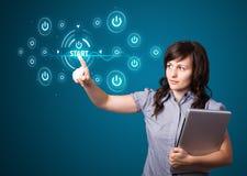 Geschäftsfrau, die einfache Art von Startknöpfen bedrängt Lizenzfreies Stockfoto
