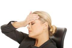 Geschäftsfrau, die enorme Kopfschmerzen hat lizenzfreies stockfoto