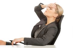 Geschäftsfrau, die enorme Kopfschmerzen hat stockbild