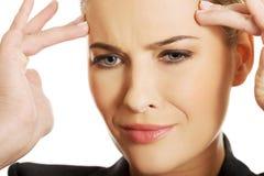 Geschäftsfrau, die enorme Kopfschmerzen hat Lizenzfreie Stockfotografie