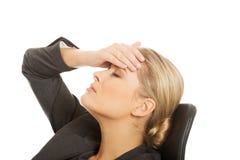Geschäftsfrau, die enorme Kopfschmerzen hat Stockbilder