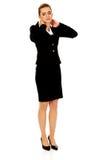 Geschäftsfrau, die enormen Halsschmerz hat lizenzfreies stockbild
