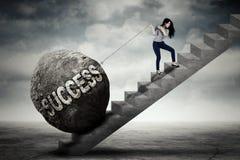 Geschäftsfrau, die Erfolgswort auf Treppe zieht Stockbild