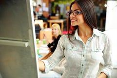 Geschäftsfrau, die etwas darstellt Stockfotografie