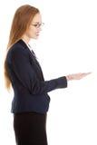 Geschäftsfrau, die etwas darstellt Lizenzfreies Stockbild