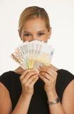 Geschäftsfrau, die Euro hält Stockfotografie