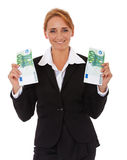 Geschäftsfrau, die Euro 200 hält Stockbild